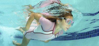 El uso de tapones a medida para el baño evita la otitis estival