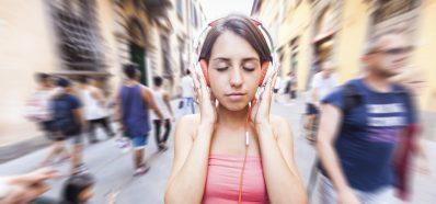 Limita el volumen de tus auriculares y revisa tu audición de manera periódica
